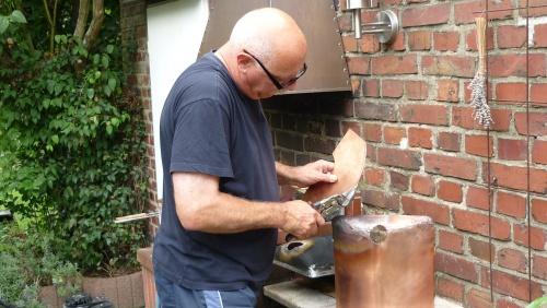 Jürgen beim Bau des Kühlers