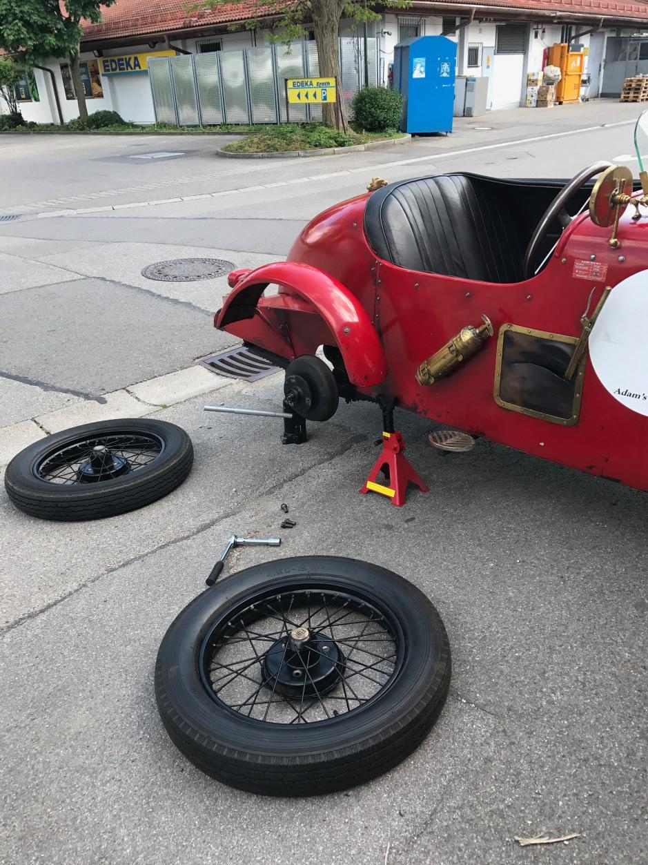 Reifenwechsel beim eine Vorkriegsfahrzeug