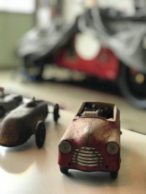 Altes Spielzeug mit einer Holzkarosserie